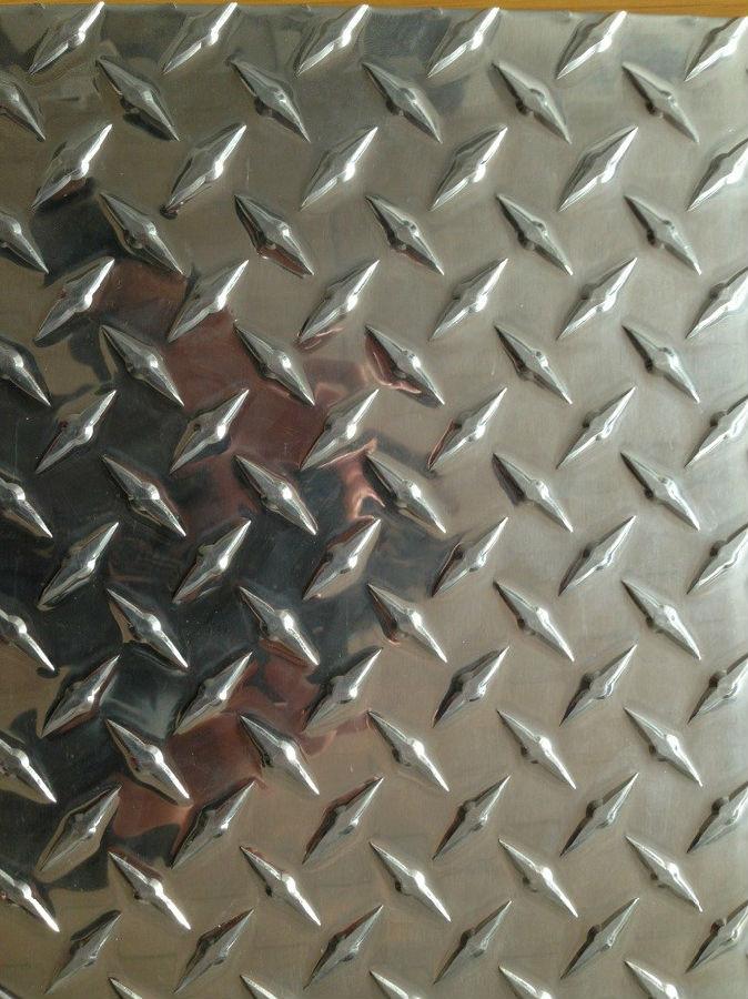 一、按照花纹铝板材合金的不同可以分为:   1、普通铝合金花纹板:以1060铝板为板基加工而成的铝合金花纹板材,能够适应平常的环境,价格低廉.通常冷库,地板,外包装多使用此种花纹铝板材.    2、铝猛合金花纹板材:以3003为主要原料加工而成,此种铝板又称为防锈铝板,强度稍微高于普通铝合金花纹板材,具有一定的防锈性能,但是硬度和耐腐蚀性达不到5000系列的花纹板材,所以该产品应用在要求不严格的防锈方面,比如货车车型,冷库地板方面.
